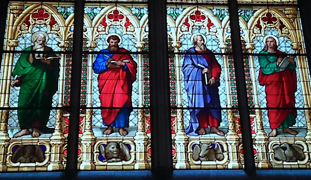 Kirchnfenster mit lesenden Heiligen