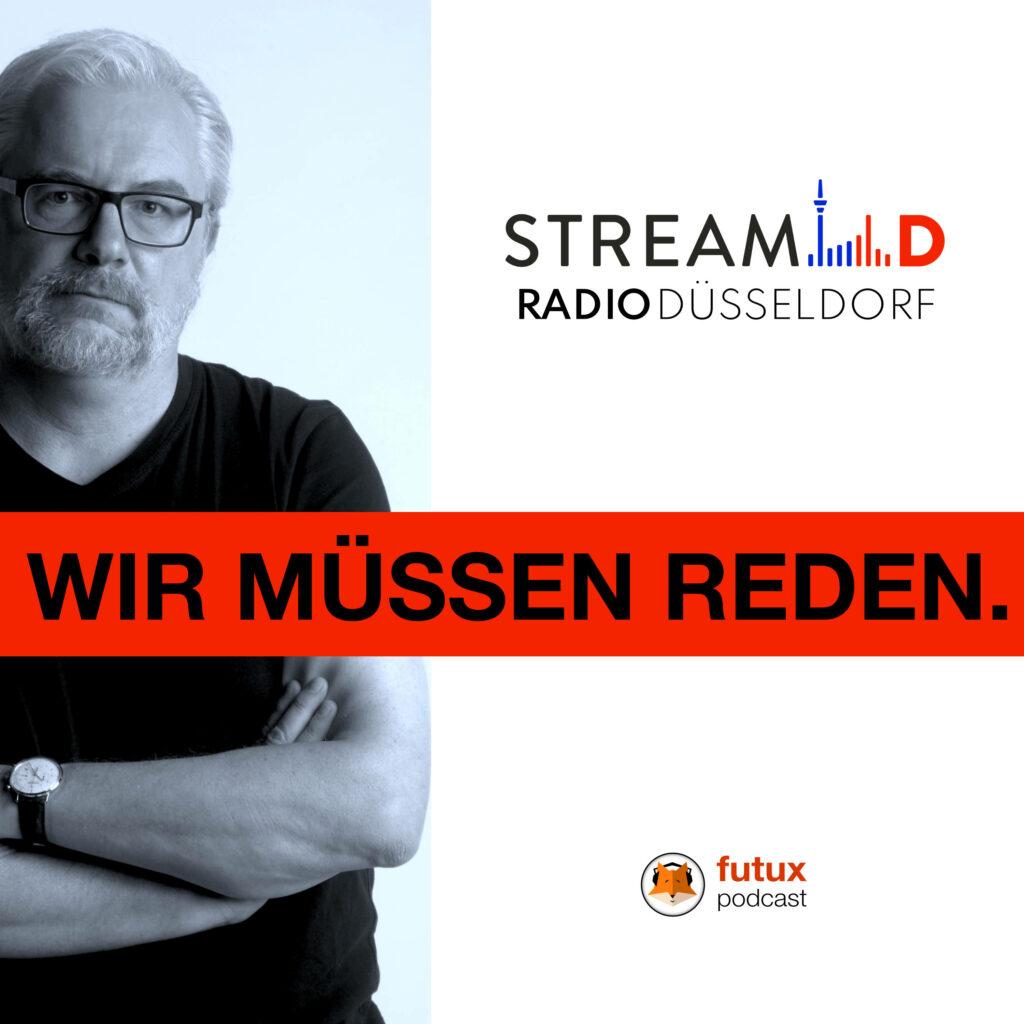 Stefan Schmidt hinter dem Titelschriftzug